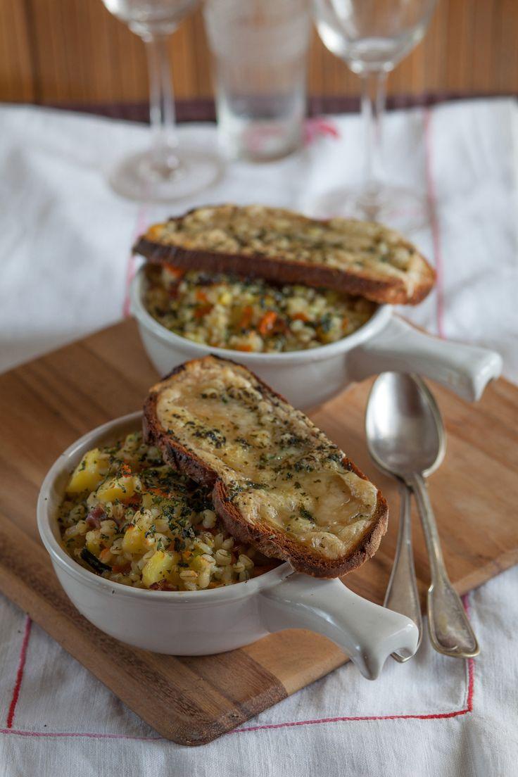 Una zuppa tradizionale della Valle d'Aosta cui verdure, carne e cereali si uniscono armoniosamente. Scopri la ricetta di Sale&Pepe.