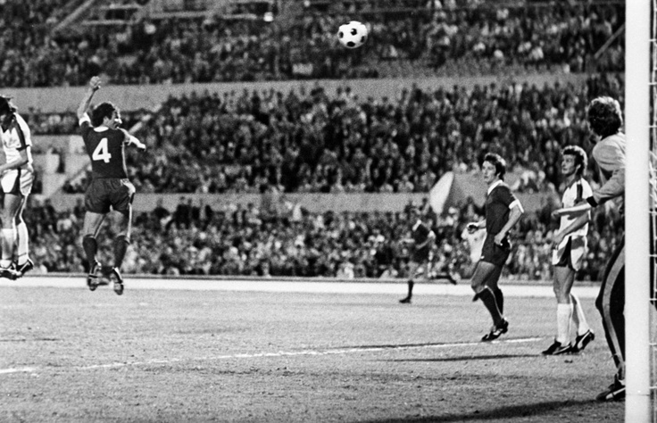 Tommy Smith powers home a header to give Liverpool a 2-1 lead over Borussia Monchengladbach