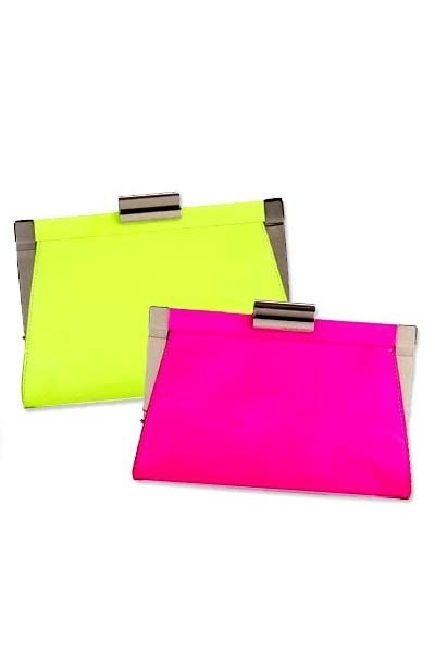 Neon clutch bags are key pieces this season. The brighter the better! WOOOOOOW!