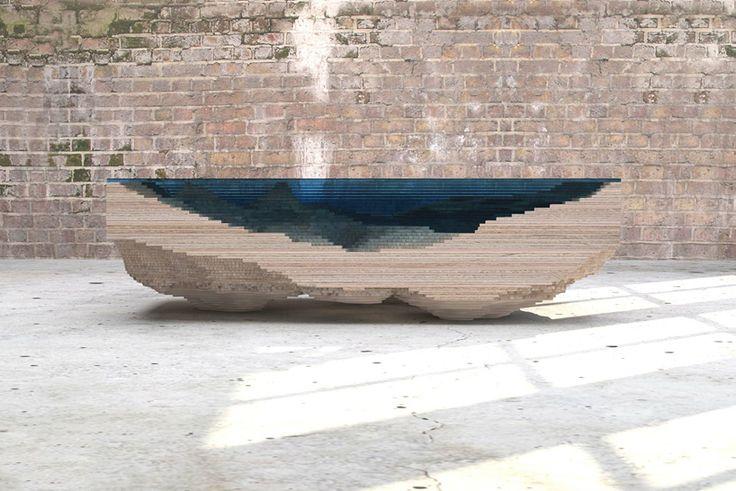 """Com várias camadas de vidro e fatias de madeira, a Duffy London construiu a """"mesa do abismo"""", replicando as profundezas dramáticas de um oceano índigo."""