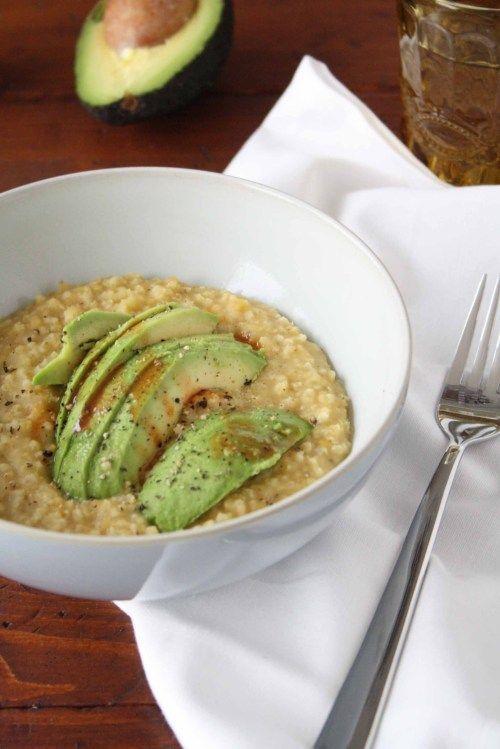 Healthy Fastfood: Herzhafter Hirse-Linsen-Porridge mit Avocado und Tabasco · Homemade Deliciousness