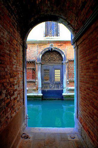 Les eaux bleues de Venise, Venise, Italie 2007 by Baloulumix, via Flickr