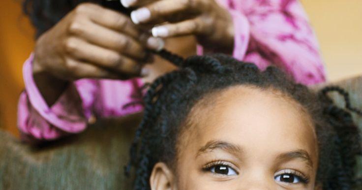 Peinados trenzados con tejido de canasta. Los peinados tejido de canasta crean intrincados diseños y patrones en todo el cabello. El estilo se originó en África y muestra la creatividad de la trenzadora. Los estilos de tejidos pueden ser usados para ocasiones formales o en entornos más informales. Si se peinan bien, el diseño puede durar meses. El estilo del tejido de canasta es adecuado ...