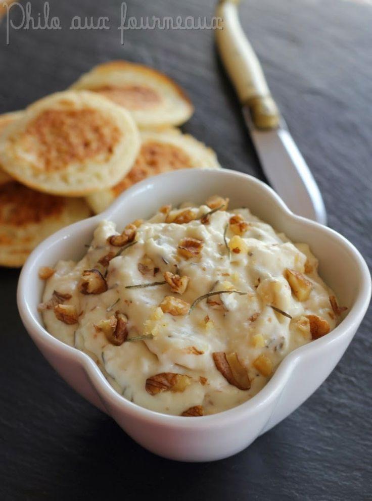 creme-de-chevre-au-miel-au-romarin.html - 1 bûche de fromage de chèvre de 200 g - 1 cuillère à soupe de miel liquide - 1 cuillère à soupe de crème fraîche  - 1 cuillère à soupe de feuilles de romarin frais - 30 g de noix décortiquées - Sel & poivre