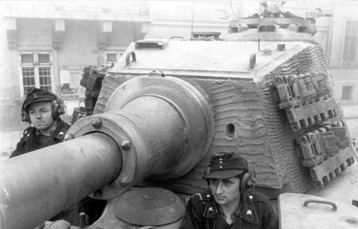 Bundesarchiv Bild 101I-680-8282A-09, Budapest, Panzersoldaten in Panzer VI (Tiger II) - Panzer VI Tiger Ausf. B - Wikipedia, la enciclopedia libre