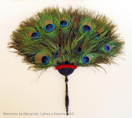 Abanico (pai-pai) fijo, compuesto por plumas de pavo real. India, siglo XIX. CE04819