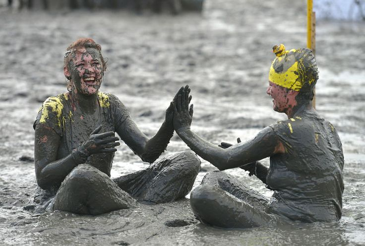 Some 300 people unafraid to get dirty have hit the thick mud flats of northern Germany to take part in the annual Mud Olympics.Sports such as football, handball, volleyball and sledding were all included in the festivities which place an emphasis on spirit rather than skill.While the event is simply good fun, it's also used to raise money for charity.