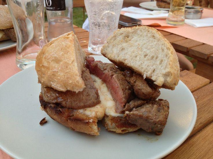 ...O MILAGRE DAS SANDES. No venham mais 5 há quem se babe pela junção da maravilhosa carne de lombo de boi com queijo da Serra
