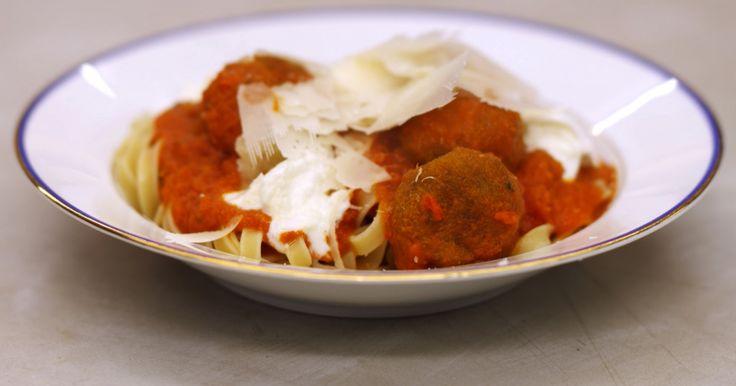 [video:828589] 'Spaghetti meatballs' is een fel gesmaakte klassieker. De gehaktballetjes kunnen makkelijk vervangen worden door een geslaagd vegetarisch alternatief. In dit recept worden ze vervangen door een variant van geweekte en fijngemalen kikkererwten met verse groene kruiden. De balletjes verdwijnen eerst in de hete olie voor een bakbeurt en vervolgens in een pittige tomatensaus. Serveer het gerecht met pasta naar keuze, zoals tagliatelle.Extra materiaal: