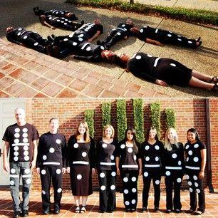 Disfraz de fichas de dominó seria muy fácil de hacer con bolsas de plástico en negro o bolsa blanca con los puntos de la ficha de domino negras | http://www.multipapel.com/producto-Bolsas-de-basura-de-colores-para-disfraces.htm