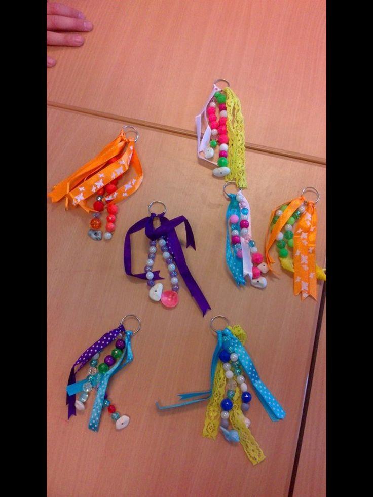 sleutel- of tashanger gemaakt van lintjes, stevige draad katoen ( of Scooby Doo draad) , een ringetje en kraaltjes.
