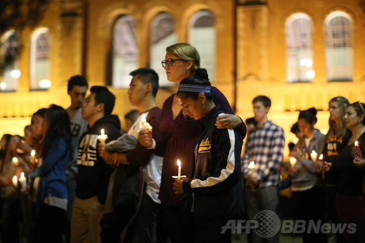 米カリフォルニア(California)州カリフォルニア大学サンタバーバラ校(UCSB)周辺で起きた銃乱射事件の犠牲者を追悼する同大ロサンゼルス校(UCLA)での礼拝(2014年5月26日撮影)。(c)AFP/Getty Images/David McNew ▼28May2014AFP|再び銃乱射事件、米国で銃規制法審議は加速するか? http://www.afpbb.com/articles/-/3016191
