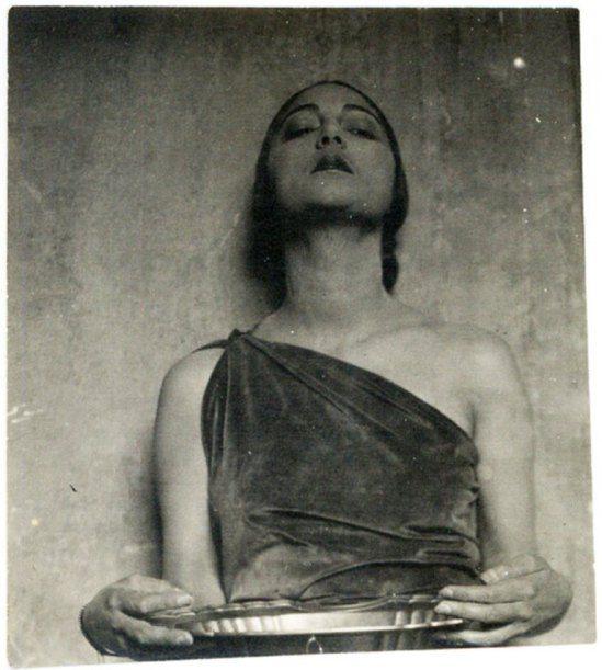 Tina Modotti. Rosa Rolando(Rosa Covarrubias) con vasija.