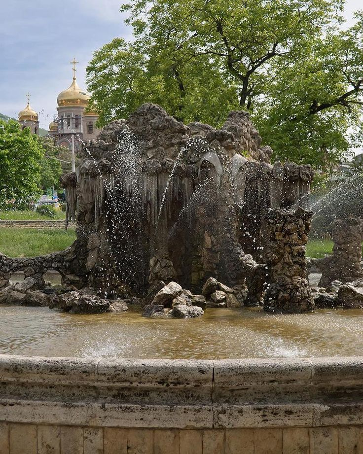 """Доброго вам дня и отличного настроения!  На фото: Фонтан """"Деды"""" - """"Гномы"""" - """"Сказка"""" ( Спасибо @anuta.belova ) ----- В 1902 г.соорудили фонтан """"Великан"""". Его громадная труба вздымала струи воды на большую высоту, что по тому времени являлось достижением не только парковой архитектуры, но и гидротехники. В 1910 г. этот эффектный, но невыразительный по художественному исполнению фонтан был заменен другим. Новому фонтану дали имя """"Сказка"""". Сооружение напоминает сказочный грот, вход в который со…"""