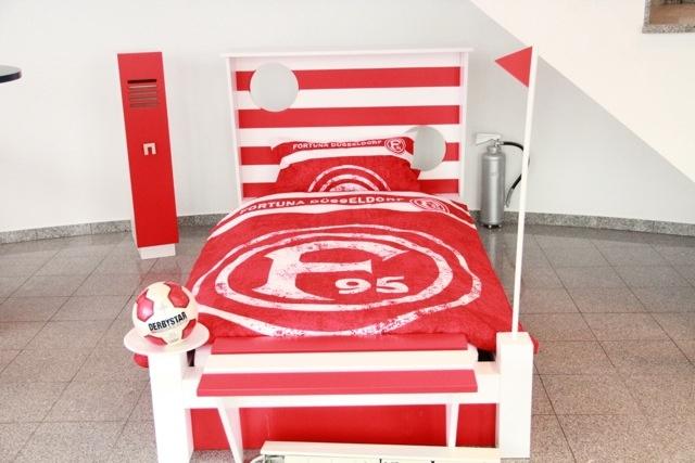 für kleine & grosse Fortuna-Fans ; Bett mit Trainerbank, Eckfahne, Torwand als Rückenteil und Spind