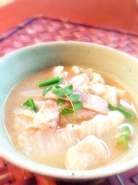 ハンバーグに使わなかった鶏皮を半分かりっと、半分は煮込んでとろんと楽しんで温まるお味噌汁♨ 七味唐辛子いっぱいふりかけて - 45件のもぐもぐ - Miso soup of chicken skin and Chinese cabbage♨かりっと、とろんの鶏皮の白菜味噌汁 by Ami
