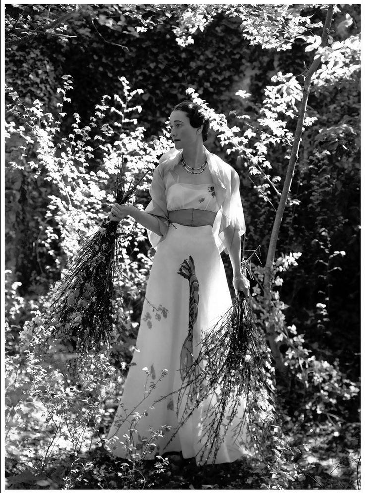 Портрет герцогини Виндзорской в платье для помолвки для Vogue в 1937 году. Фото - Сесил Битон