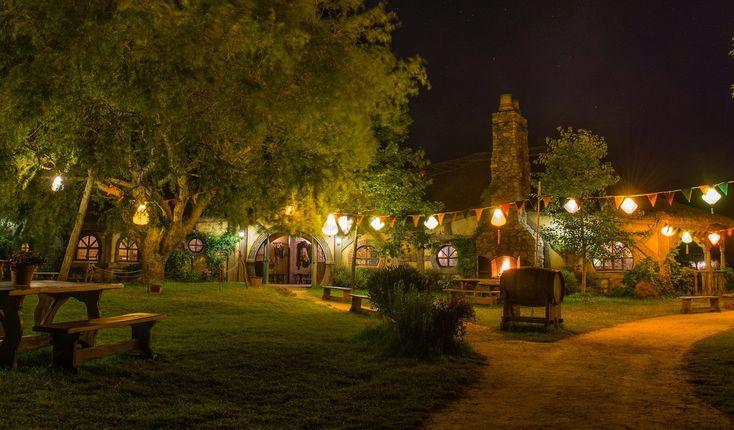 Сказочная и волшебная деревня хоббитов. Трактир Зеленый Дракон (Green Dragon). Трактир самый настоящий, действующий. Здесь можно выпить пива или сидра и закусить, а также нарядиться в сказочную одежду для фотографирования на память.