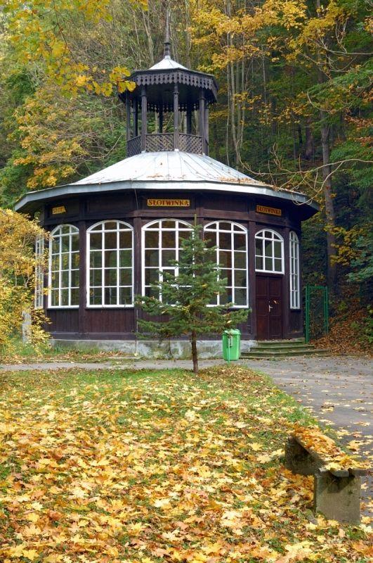"""Pijalnia """"Słotwinka"""" w Krynicy Zdroju jest najstarszym zachowanym budynkiem w Krynicy. Drewniany  pawilon postawiono nad zdrojem głównym na krynickim deptaku w 1808 r. (w miejscu obecnej Pijalni Głównej), a w 1863 r. przeniesiono go do Parku Słotwińskiego."""