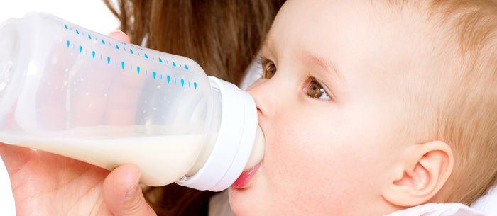 Creating a baby feeding schedule with your little one can make things easier for mom and baby. Here's how to do it.