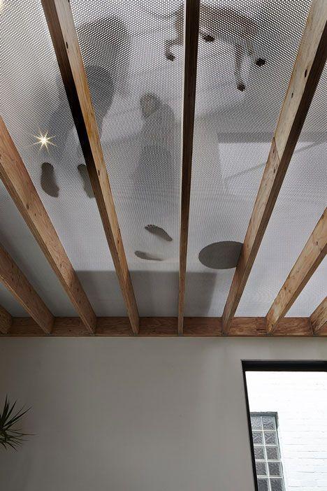Techo translúcido. Una capa de metal perforado que queda expuesto a vigas de madera anteriormente colocadas permitiendo que la luz y las vistas a los espacios situados por debajo sean vistos.
