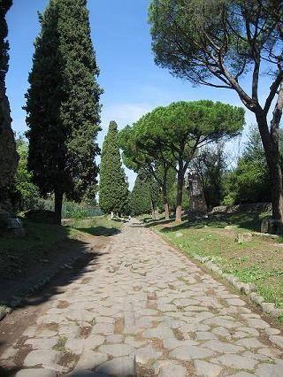 ローマへ続くアッピア街道 イタリア この石畳をどんな人達が通り過ぎていったのか。