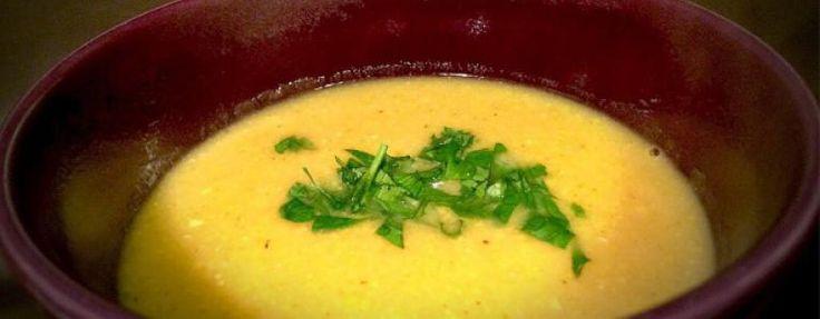 Maiscremesuppe mit Petersilie garniert