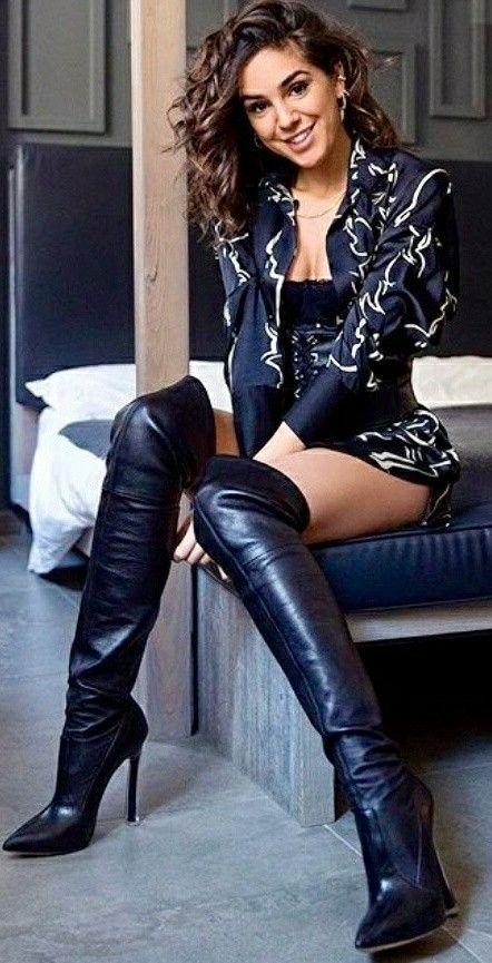 Heureuse avec ses nouvelles bottes OTK en cuir noir #laurethdysiac