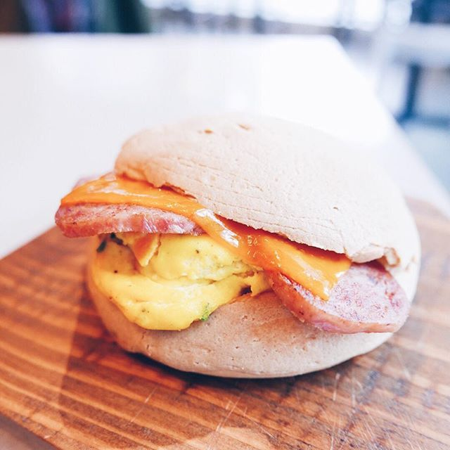 Eggs and Spam breakfast coffee bun  @papparoticanada is lit! . . Tag a Bae to share the news with! . . . . #instanomss #spam #breakfast #onthetable #tablesituation #mycommontable #eggporn #eggs #spamforfollow #heresmyfood #forkyeah #