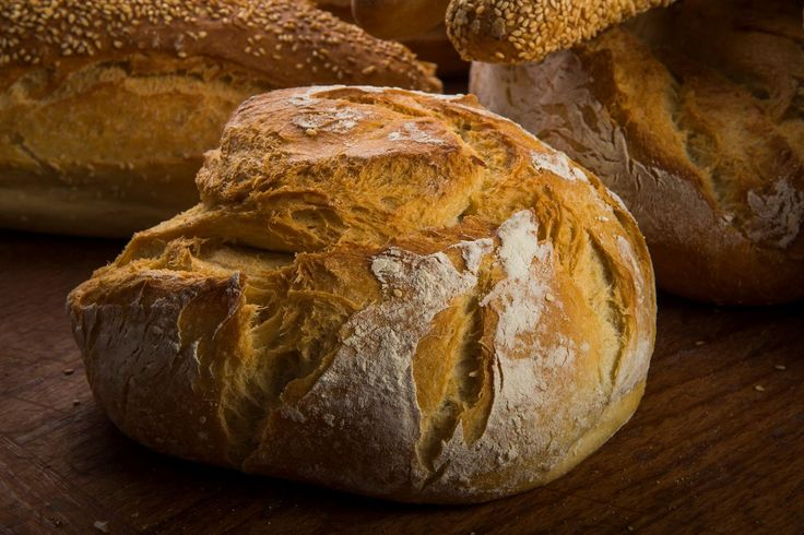 Freshly baked, sweet-smelling bread. Every day has a place on your table, straight from the shelves of Lemonis bakery.