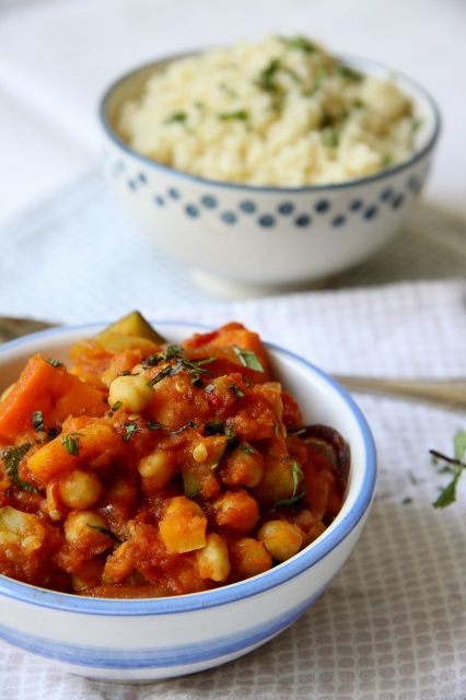 De herfst komt eraan en dat betekent dat het weer tijd wordt voor stoofpotjes! Deze pompoenstoofpot met couscous heeft een Marokkaans tintje door de toevoeging van ras el hanout kruiden en kaneel. Haal de deksel zo nu en dan van de pan tijdens het roeren en de heerlijke geuren stijgen je tegemoet! Dat een stoofpotje …