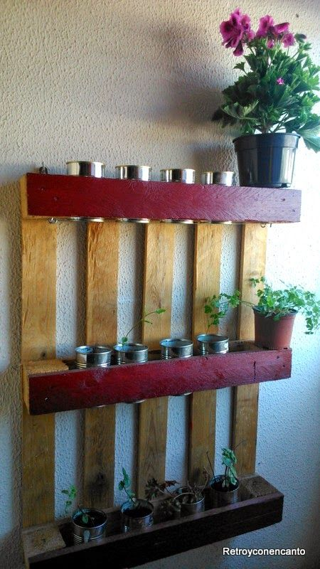 Jardinera con palé... http://retroyconencanto.blogspot.com.es/2014/04/jardinera-casera-reciclaje-pales-plantas-decoracion-interiorismo.html