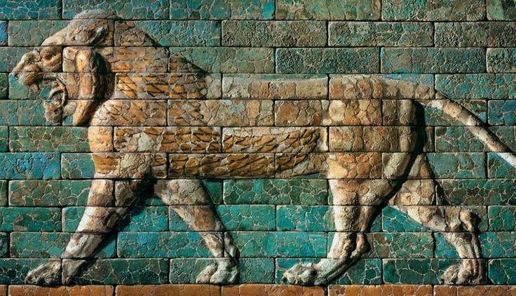 Leone ruggente - 604-562 a.C. - altorilievo in piastrelle da ceramica smaltate - dalla porta di Ishtar, Babilonia - museo archeologico di Istanbul. Questo frammento in particolare proviene dalla via processionale che va dal tempio di Marduk fino alla porta di Ishtar. Fu ritrovato da Robert Koldewey e con un altro frammento, sempre rappresentate un leone, si trova al museo archeologico di Istanbul, mentre altri leoni della via processionale si trovano dal 1930 al Pergamon museum di Berlino.