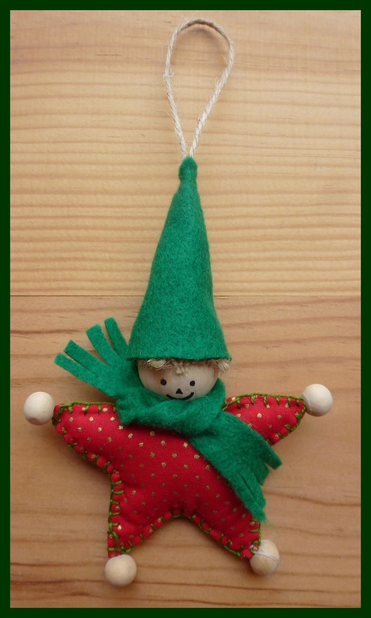 Lutin de Noël à accrocher ou à poser réalisé à l'aide de tissu ,feutrine  jaune et boules en bois.