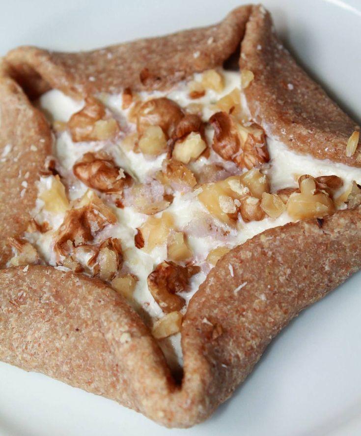 Una deliciosa Crostata hecha en casa!! 😋. . . INGREDIENTES:  50g de harina de avena (si tienes hojuela solo procesa en licuadora y obtienes la harina). 1 cdta de endulzante (el que dispongas). 1 cda de linaza molida.  1 cdta de extracto de vainilla. 1 clara de huevo. RELLENO: Yogur más nueces o' en su defecto si tienes proteína comercial en polvo preparala crema de proteína con poca agua. . . . PREPARACION:  Precalienta horno a 180°C. Coloca en un bowl los ingredientes para realizar la masa…