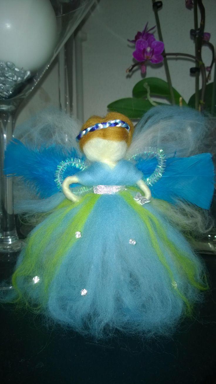 bello ángel azul con lana fieltrada, muñecas waldorf