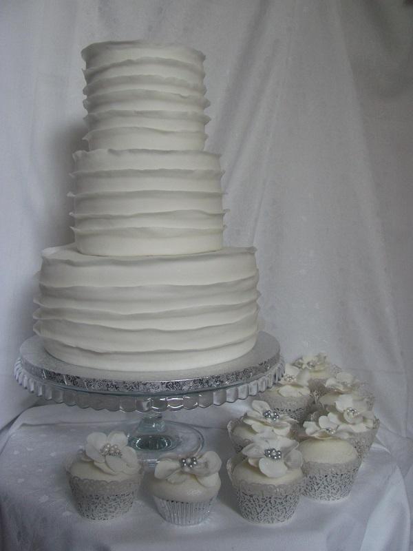 svadobná biela s volánmi a živou hortenziou , svadobné torty | Tortyodmamy.sk