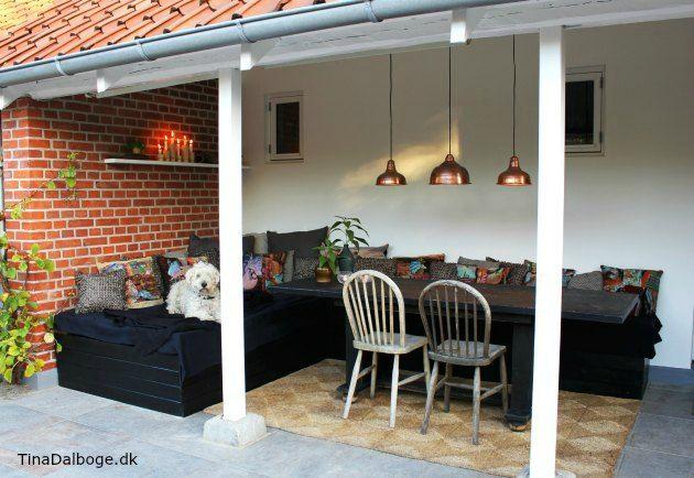 Terrasse med møbler lavet af euro-paller til bænk og seng eller daybed hjemme hos Tina Dalbøge