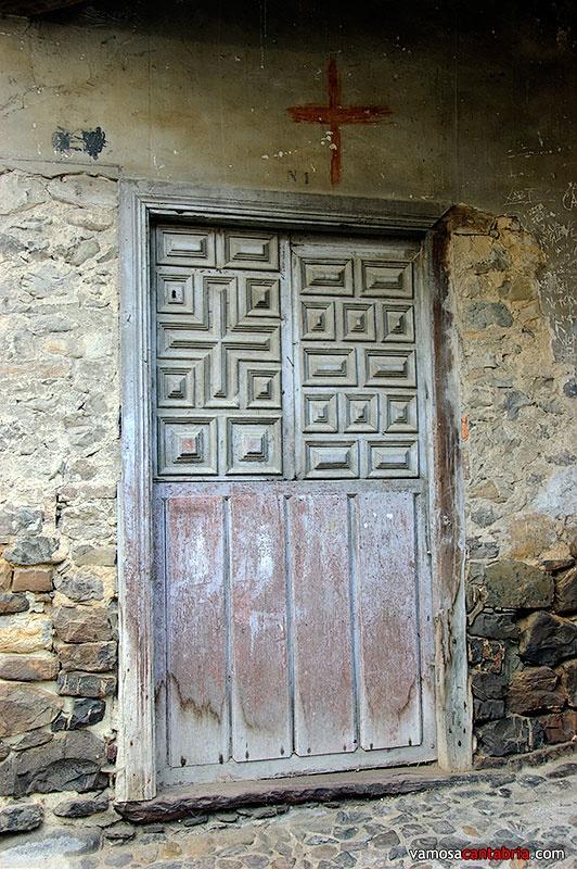 Puerta antigua en Potes  #Cantabria #Spain