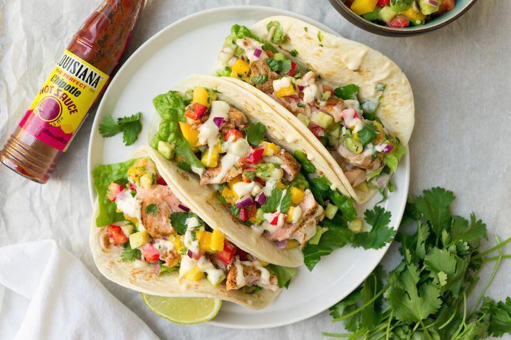 Leg de Corona's maar vast koud: dit gerecht wil je eten samen met je vrienden, onder het genot van een biertje. Taco's met zalm en avocado-mangosalsa.