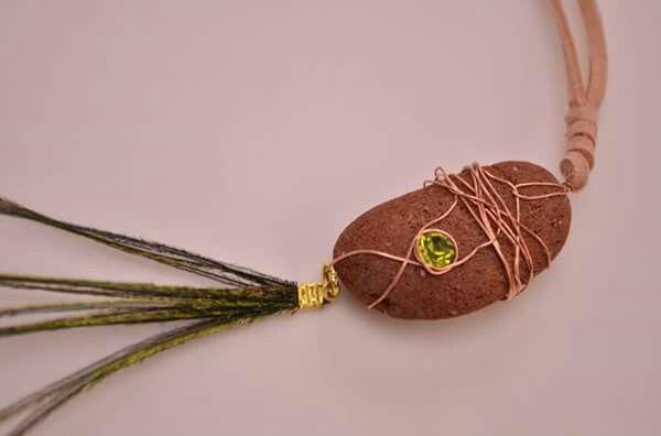 Φυσικα υλικα,σκαλιστα στο χερι,με κρυσταλλο,χαλκο,δερμα και φυσικα φτερα παγωνιου