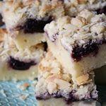 Deze amandel cake met kersenjam doet me een beetje denken aan een cake met marsepein Hoewel hij iets specialer is dan een standaard cake is hij echt niet moeilijker om te maken Het recept vind je nu online kersenjam cake bakken handmadehelen instabaking kruimel crumble amandel almond