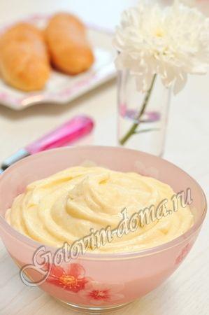 Заварной крем      молоко - 500 мл,     сахар - 160-180 г,     2 яйца или 3 желтка,     сливочное масло - 50 г,     мука или крахмал (картофельный или кукурузный) - 25-30 г (2,5-3 столовых ложки без горки),     жирные сливки (33-35%) - 100-150 мл (или 100-200 г сливочного масла),     полстручка ванили или 1 чайная ложка ванильного сахара