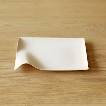 WASARA/角皿(中) 1040yen 日本の伝統的な美意識から生まれた「紙の器」