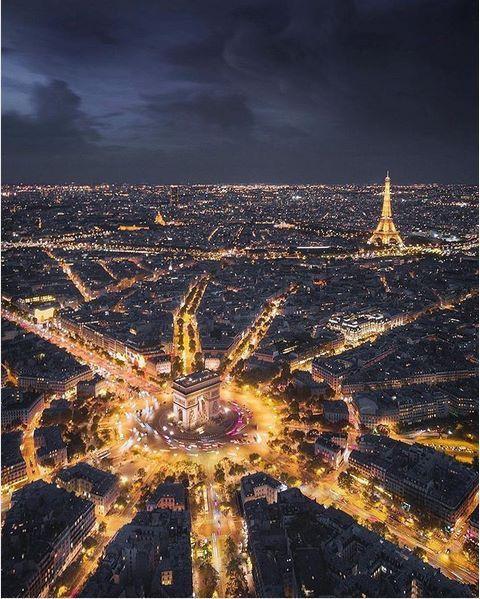 L'Arc e Triomphe, la Place de l'étoile et la Tour Eiffel
