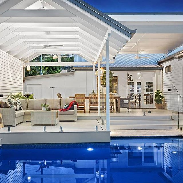 Can you imagine yourself lazing by the pool of this stunning Hamptons home, summer cocktail in hand? We sure can! @smithandsonsqld used HardieDeck and Scyon Linea to achieve this picture-perfect look. #australianarchitecture #architecture #exterior #exteriordesign #scyonwalls