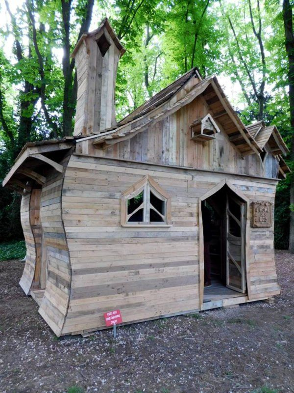fairy-tale looking georgous pallet project, I couldn't turn my eyes apart from ....☆ FAIRY-TALE HOOD HOUSE ☆found on 》1001 pallets app《