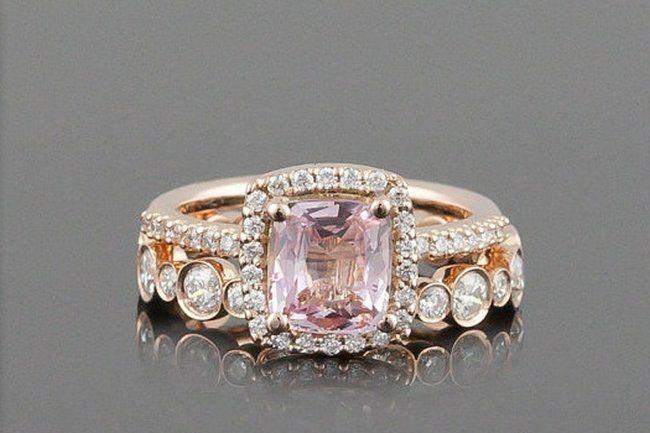 Si lo voglio! Questo anello è favoloso :-) 14kt rose gold bridal ring set with a pretty pink sapphire and diamond engagement band