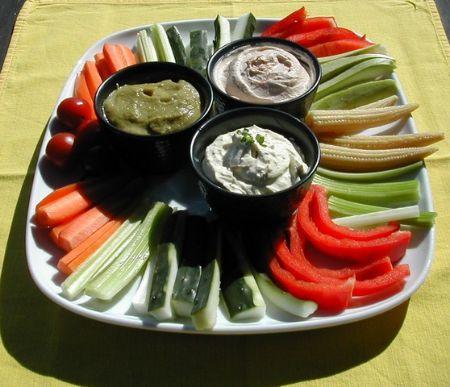 Cómo preparar Crudit s de verduras con tres salsas, Tapas, Aperitivos y Entrantes Vegetarianos y Veganos. Ingredientes: Apio, Pepino , Pimiento rojo , Z...