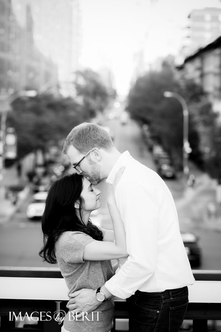 NYC High Line Engagement Session | Photography by Images by Berit | #NYC #highline #NYCengagementsession #engaged #engagmentphotos #engagementshoot #blackandwhitephotography